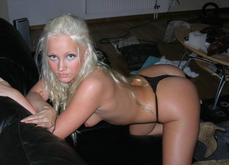 Красивая блондинка встала раком на кожаном диване 15 фото