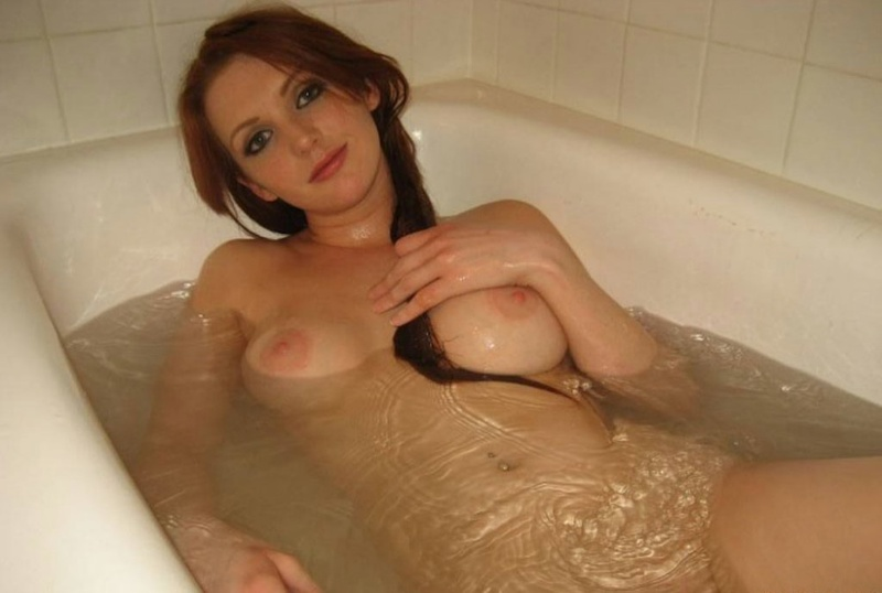 Сисястая домохозяйка дрочит писю в ванне 9 фото