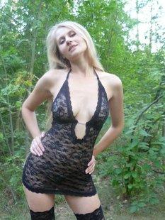 Парень вывел подружку в лес и фотографирует её в сексуальном белье