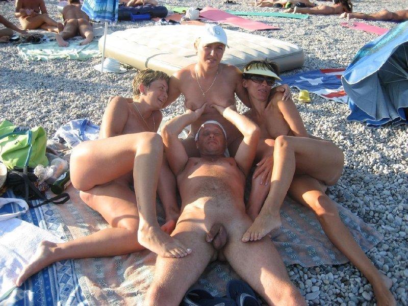 Подборка нудистов на общественных пляжах 3 фото