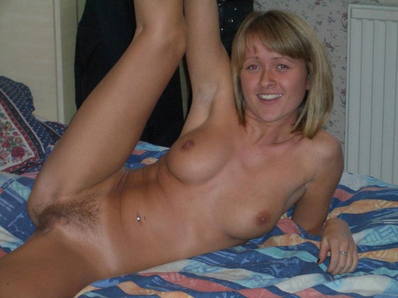 Русская цыпочка красуется голышом на кровати 13 фото