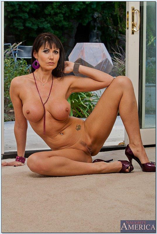 Изящная женщина с шикарной фигурой и большой грудью 13 фото