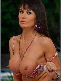 Изящная женщина с шикарной фигурой и большой грудью