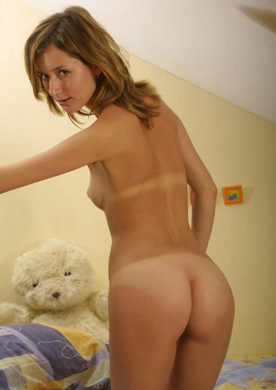 Милая девушка снимает ночнушку и позирует на постели голышом 14 фото