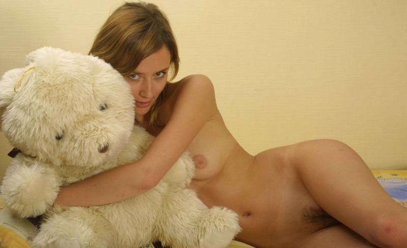 Милая девушка снимает ночнушку и позирует на постели голышом 11 фото