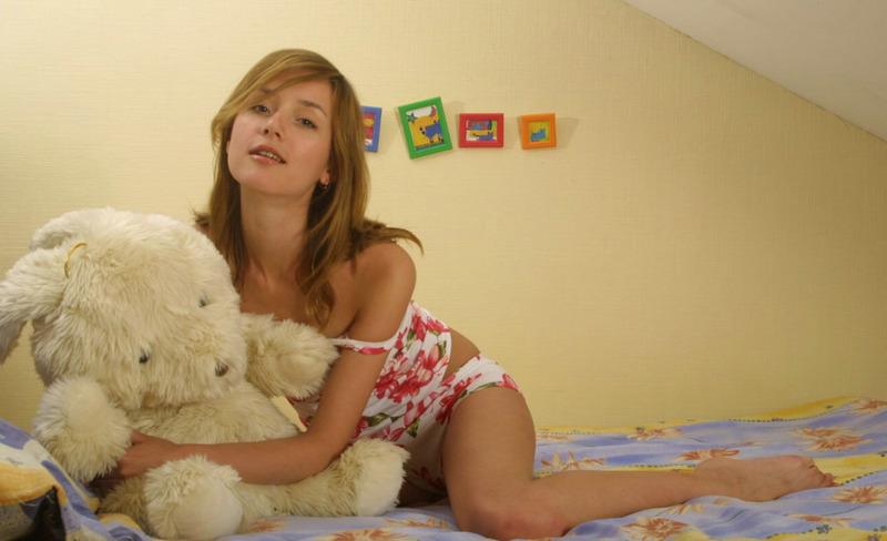 Милая девушка снимает ночнушку и позирует на постели голышом 4 фото