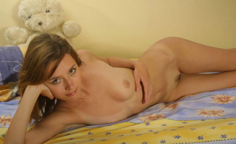 Милая девушка снимает ночнушку и позирует на постели голышом 10 фото