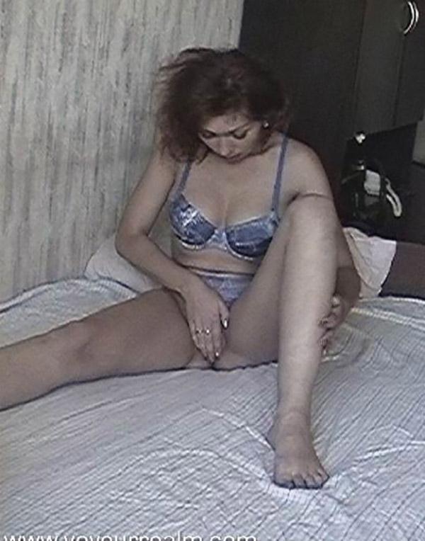 Сисястая дама сняла нижнее белье и мастурбирует двумя пальцами 2 фото