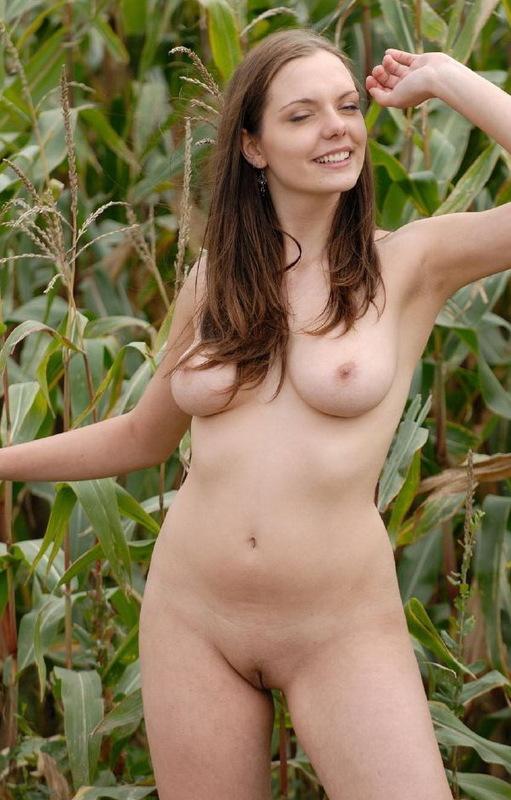 Белокожая милашка показывает свои прелести на природе 3 фото
