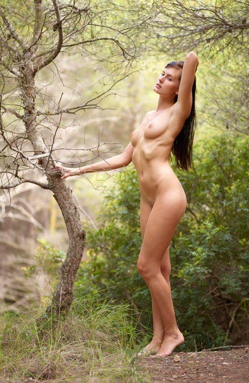 Демонстрирует свое спортивное тело обнаженным 11 фото