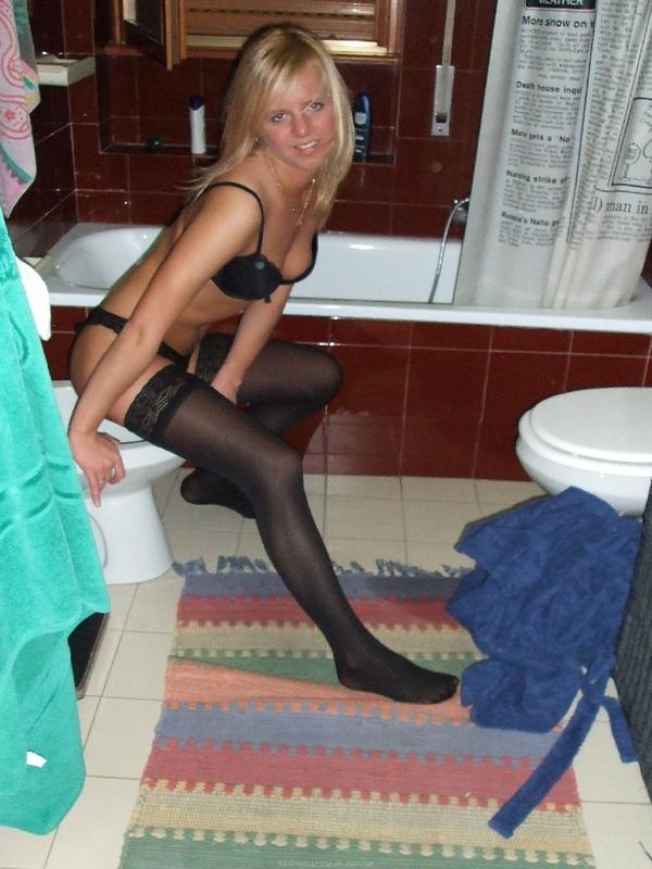 Блондинка позирует в нижнем белье 32 фото