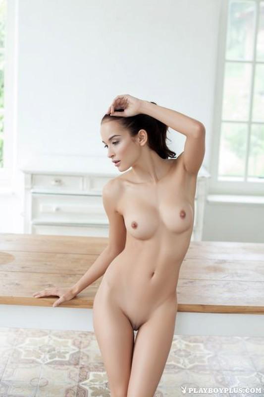 Голая гимнастка позирует в спортзале 16 фото