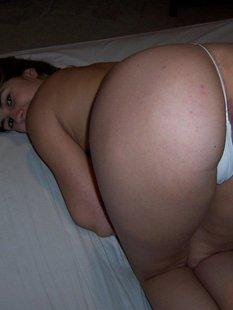 Сочная жена раздевается для мужа и он трахает её на камеру