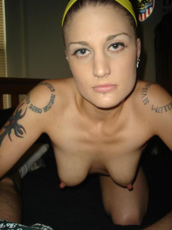 Татуированная тёлка в домашней обстановке присела на член соседа 4 фото