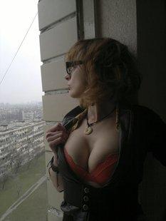 Русская девушка-хипстер делает пошлые снимки для инстаграма