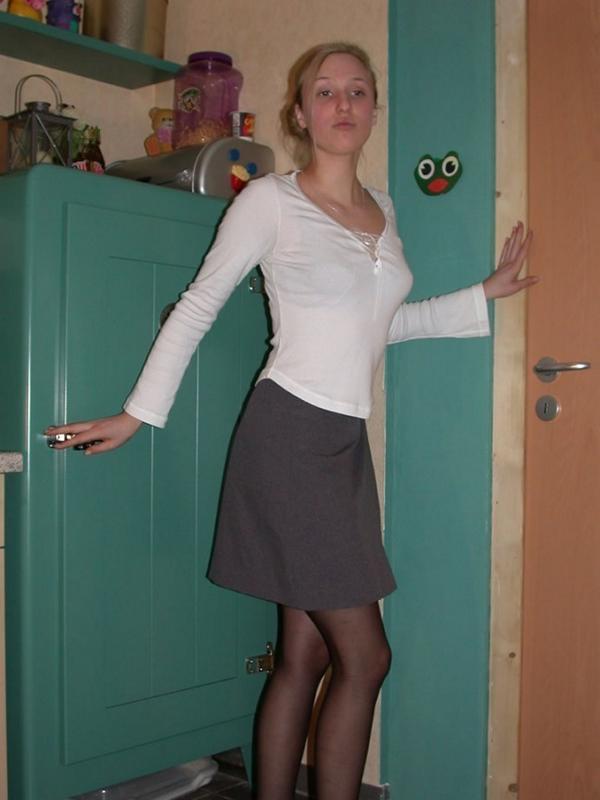Замужняя домохозяйка одевает стильные чулки на кухне 2 фото