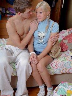 Дерзкий парнишка трахает в писю и попу подружку на кровати