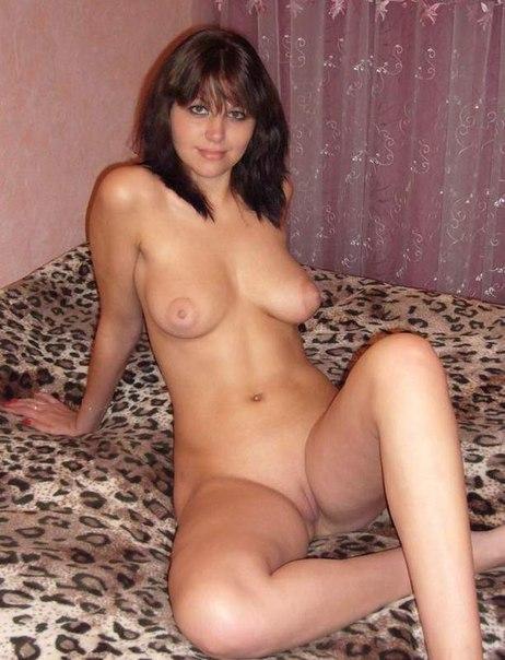 Русская брюнетка демонстрирует голое тело напротив занавесок 4 фото