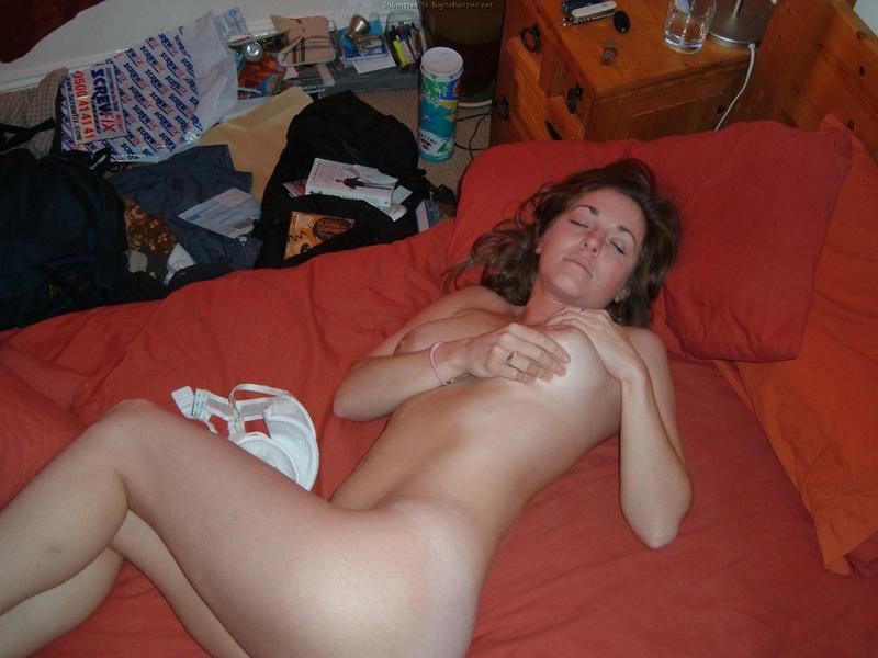 Сочная женщина с натуральной грудью возбуждает мужика прелестями 13 фото