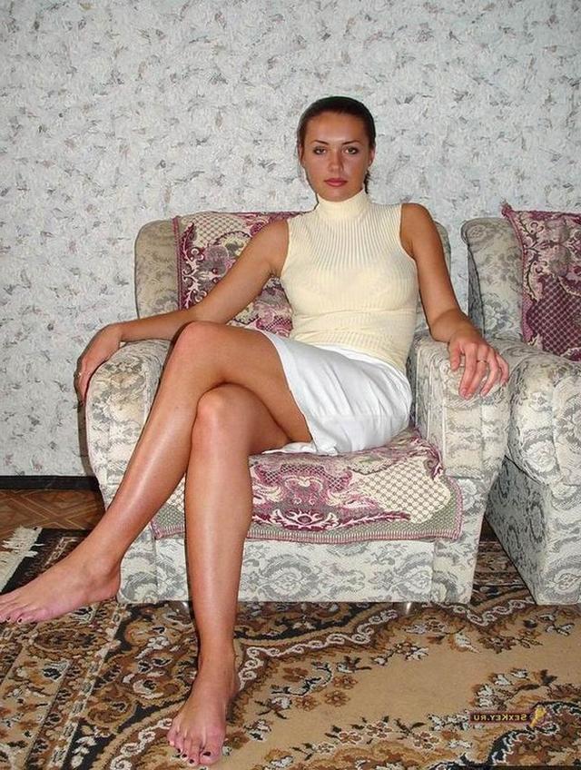 Русская брюнетка со стройными ногами разделась в домашнем кресле 1 фото