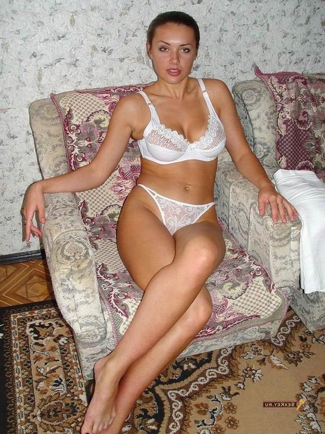 Русская брюнетка со стройными ногами разделась в домашнем кресле 4 фото