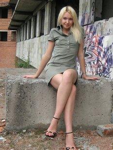 Длинноногая блондинка в заброшенном здании