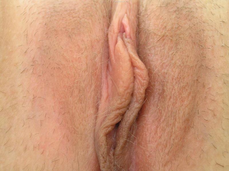 Грудастая барышня показывает розовую киску 22 фото