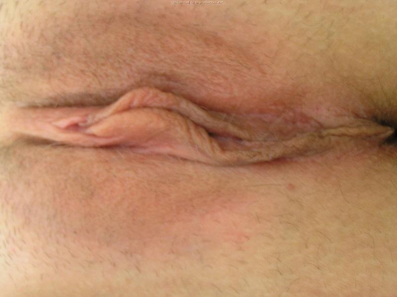 Грудастая барышня показывает розовую киску 21 фото