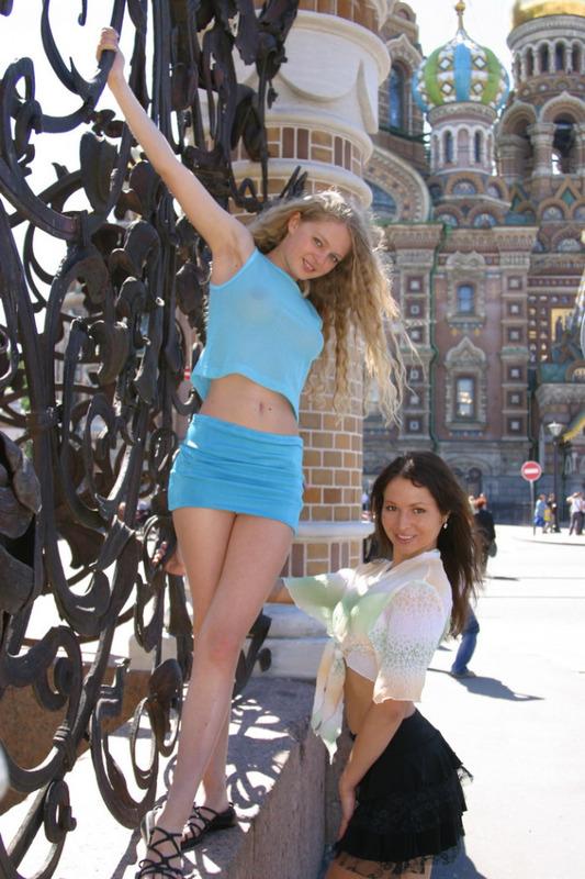 Две сексуальные телки раздеваются на природе и в Москве 9 фото