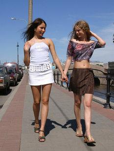 Две сексуальные телки раздеваются на природе и в Москве
