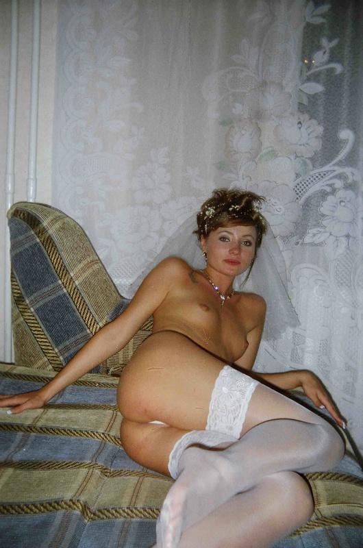 Откровенные снимки ретивой невесты на кроватке 1 фото