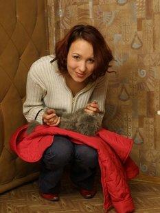 Обнаженная рыжая тетка играет с котом