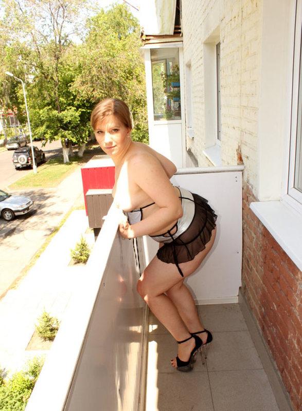 Баба с толстой задницей позирует на балконе 14 фото