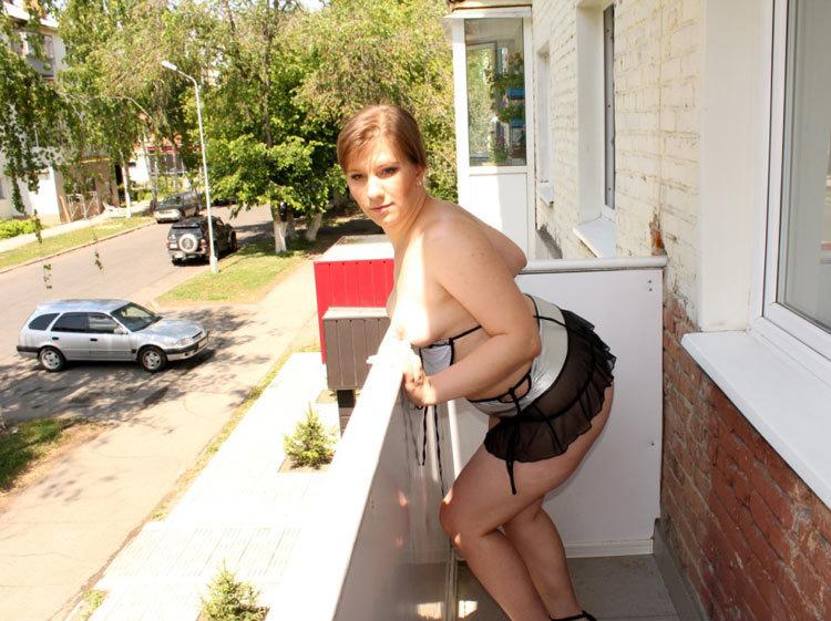 Баба с толстой задницей позирует на балконе 13 фото