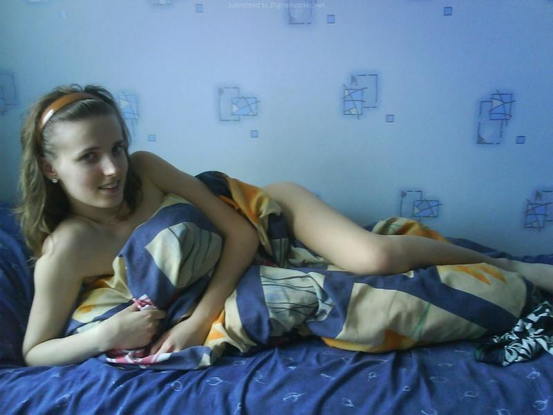 Голая девушка стоит дома у компьютера 10 фото