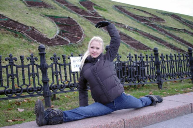 Молодая блондинка сидит, раздвинув ноги на белой кровати 4 фото