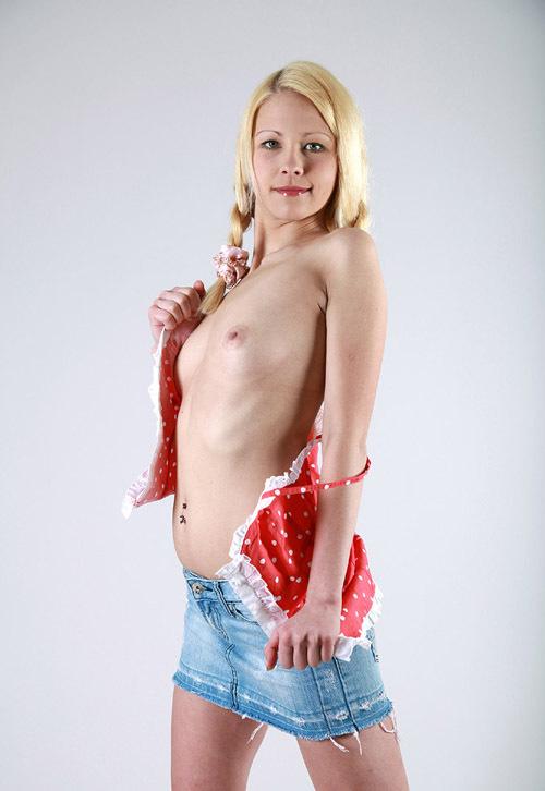 Молодая блондинка сидит, раздвинув ноги на белой кровати 12 фото