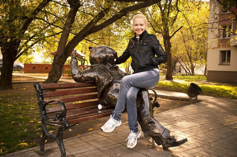 Молодая блондинка сидит, раздвинув ноги на белой кровати 3 фото
