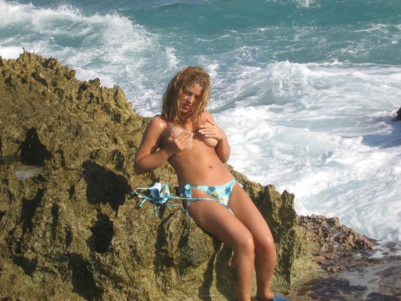Сисястая туристка позирует на море 11 фото