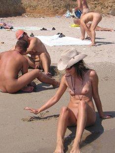 Брюнетка поражает нудистский пляж красотой своего тела