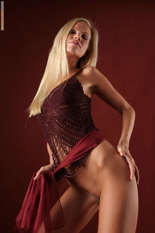 Эротика от блондинки идеальной модельной внешности с длинными ногами 10 фото