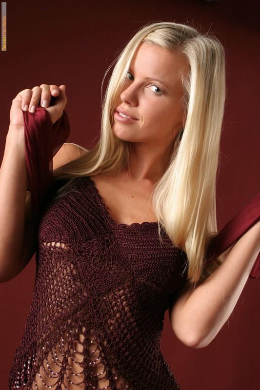 Эротика от блондинки идеальной модельной внешности с длинными ногами 16 фото