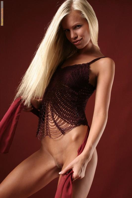 Эротика от блондинки идеальной модельной внешности с длинными ногами 8 фото