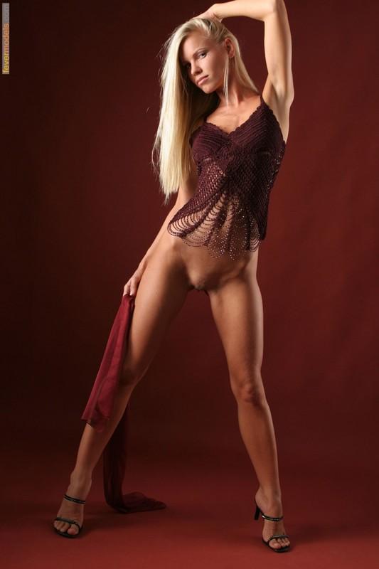 Эротика от блондинки идеальной модельной внешности с длинными ногами 30 фото