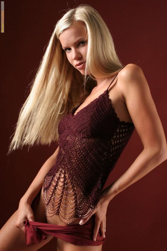 Эротика от блондинки идеальной модельной внешности с длинными ногами 3 фото