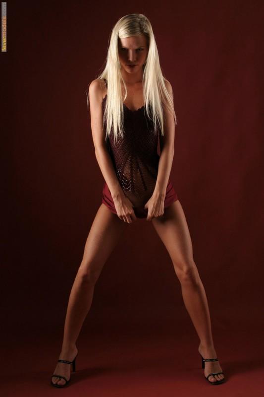 Эротика от блондинки идеальной модельной внешности с длинными ногами 1 фото