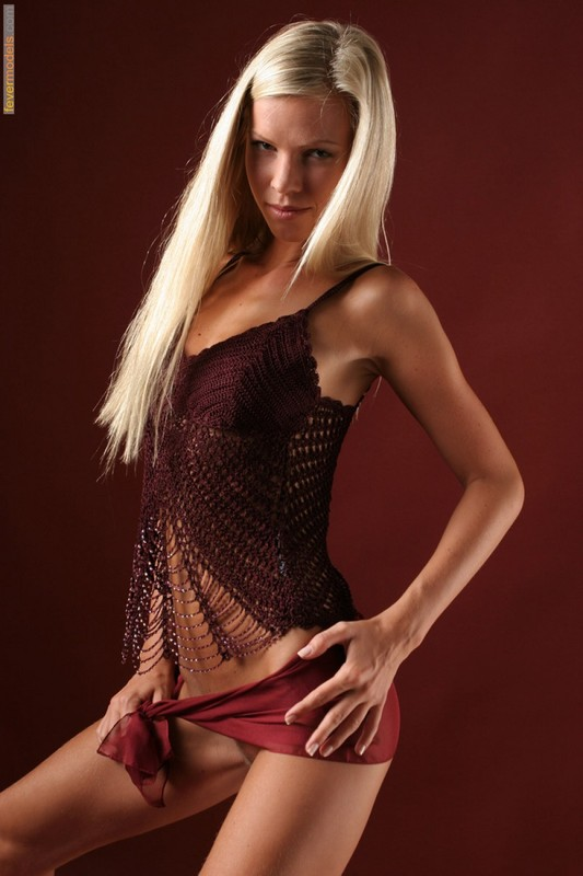 Эротика от блондинки идеальной модельной внешности с длинными ногами 4 фото