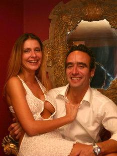 Муж фотографирует голую жену в спальне