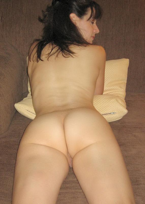 Худая брюнетка выгибает голое тело 6 фото