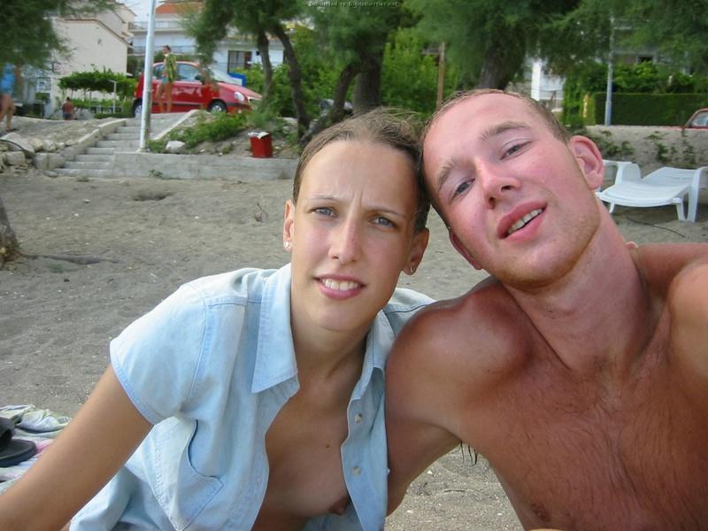 Зубастая телка не стесняется раздеваться для парня на море 10 фото